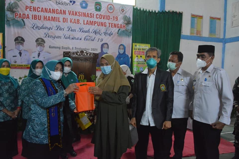 Vaksinasi Bumil Pertamna Dilamteng, Jumali Dampingi Ketua PKK Mardiana Musa Ahmad
