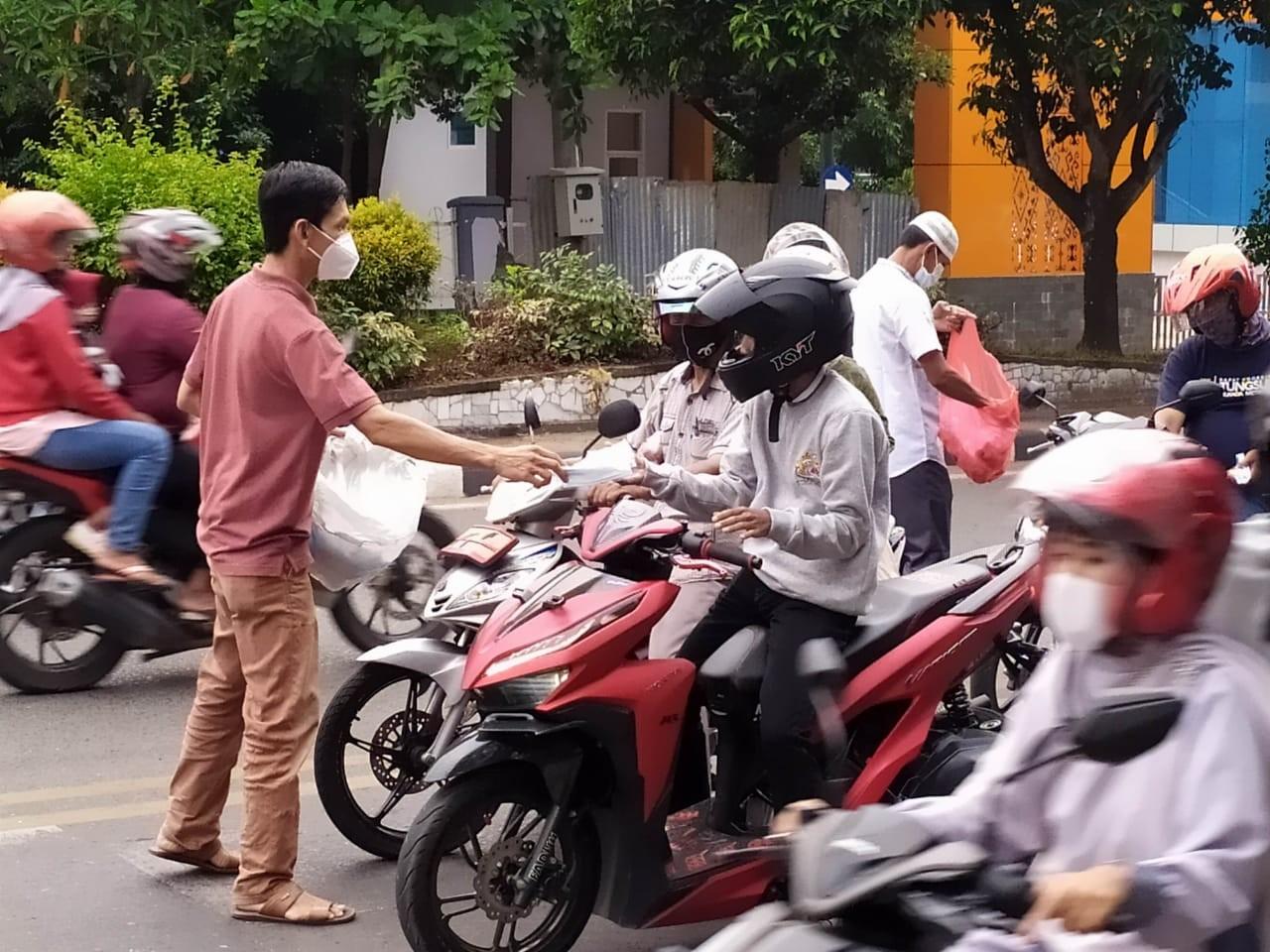 SMSI Kota Metro Bagikan Takjil dan Masker di Seputaran Taman Merdeka